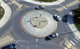 Движение автомобиля на перекрестке с круговым движением